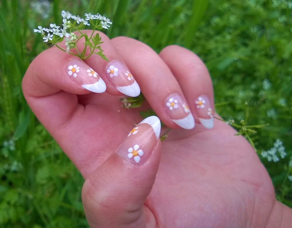 Flower print nails   Cat Eyes Red Lips